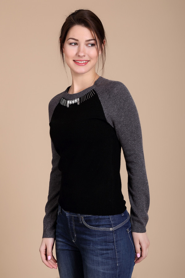 Пуловер Just ValeriПуловеры<br>Пуловер Just Valeri черно -серый . Покрой реглан и заметный крупный декор – это отличительные черты предлагаемой модели. Стильный крой этой вещи делает ее яркой и заметной. Состав: шерсть и кашемир. Отличный выбор на каждый день и для прогулки по парку в выходные, а также для вылазки за город. Вы сможете носить этот пуловер зимой в самую разную погоду.<br><br>Размер RU: 50<br>Пол: Женский<br>Возраст: Взрослый<br>Материал: шерсть 50%, кашемир 50%<br>Цвет: Серый