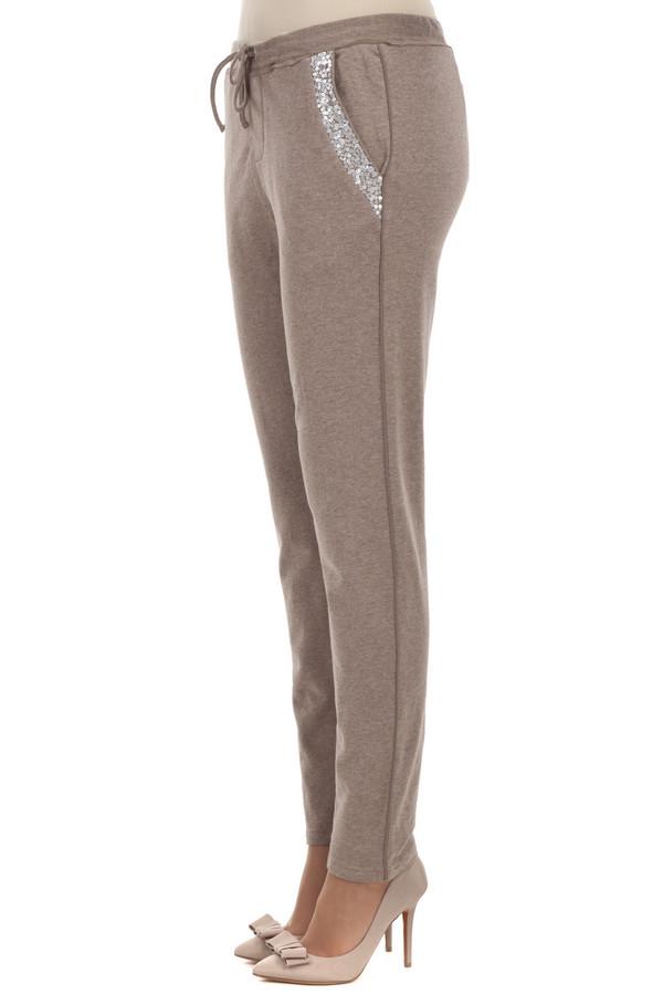 Спортивные брюки CommaСпортивные брюки<br>Гламурные бежевые спортивные брюки от бренда Comma зауженного кроя книзу. Изделие дополнено: эластичным поясом с регулируемым шнурком, двумя боковыми карманами и один прорезным карманом сзади. Карманы декорированы серебряными пайетками и стразами.<br><br>Размер RU: 44<br>Пол: Женский<br>Возраст: Взрослый<br>Материал: хлопок 95%, эластан 5%<br>Цвет: Бежевый