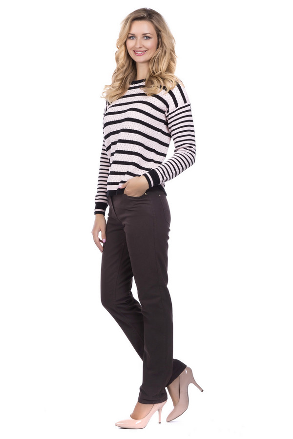 Джинсы Betty BarclayДжинсы<br>Джинсы Betty Barclay женские чёрные. Джинсы чёрного цвета очень стройнят и подчёркивают красоту женского тела. Классическая модель из натурального материала с добавлением искусственных волокон для лучшей посадки по фигуре смотрится современно и стильно. Такие джинсы с обувью на высоком каблуке выглядят потрясающе. Состав: хлопок, полиэстер, эластан.<br><br>Размер RU: 50<br>Пол: Женский<br>Возраст: Взрослый<br>Материал: эластан 2%, полиэстер 25%, хлопок 73%<br>Цвет: Чёрный