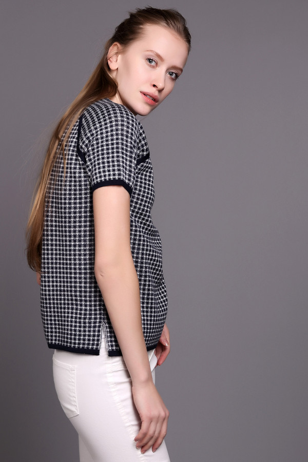 Пуловер Just ValeriПуловеры<br>Пуловер Just Valeri женский сине-белые. Модный изысканный пуловер с коротким рукавом обязательно привлечёт ваше внимание. Сочетание  сине-белого  рисунка и отделка горловины и рукавов реглан темно-синим цветом смотрится очень гармонично. Модель выполнена из натуральной и искусственной пряжи, поэтому она довольно практична в носке. Состав: шерсть, акрил.<br><br>Размер RU: 50<br>Пол: Женский<br>Возраст: Взрослый<br>Материал: шерсть 50%, акрил 50%<br>Цвет: Белый