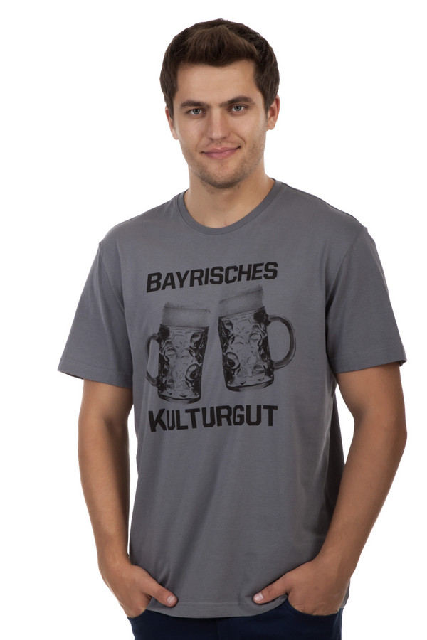 Футболкa s.OliverФутболки<br>Серая футболка бренда s.Oliver прямого кроя. Изделие дополнено: круглым вырезом и короткими рукавами. Футболка декорирована рисунком с пивными кружками и надписями.<br><br>Размер RU: 44-46<br>Пол: Мужской<br>Возраст: Взрослый<br>Материал: хлопок 100%<br>Цвет: Серый