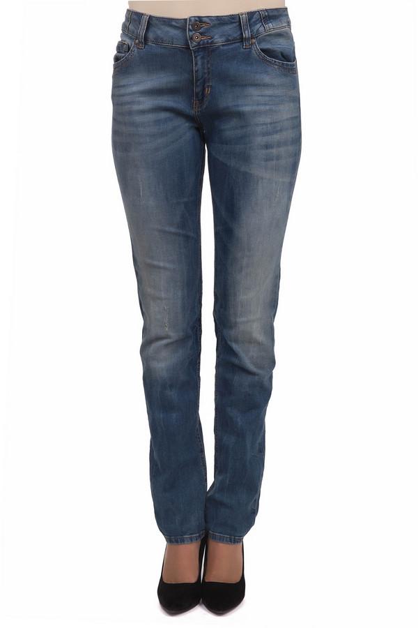 Модные джинсы s.OliverМодные джинсы<br>Светло-голубые джинсы от бренда s.Oliver прямого кроя выполнены хлопкового денима с добавлением эластана. Изделие дополнено: шлевками под ремень, пятью стандартными карманами и застежкой-молния с двумя пуговицами. Джинсы декорированы потертостями и эффектом состарености.<br><br>Размер RU: 40<br>Пол: Женский<br>Возраст: Взрослый<br>Материал: эластан 3%, хлопок 97%<br>Цвет: Голубой