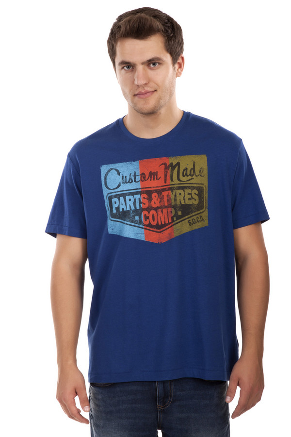 Футболкa s.OliverФутболки<br>Синяя футболка от бренда s.Oliver выполнена из плотного хлопкового материала. Изделие дополнено: круглым вырезом и короткими рукавами. Футболка оформлена разноцветной наклейкой с надписями.<br><br>Размер RU: 44-46<br>Пол: Мужской<br>Возраст: Взрослый<br>Материал: хлопок 100%<br>Цвет: Синий