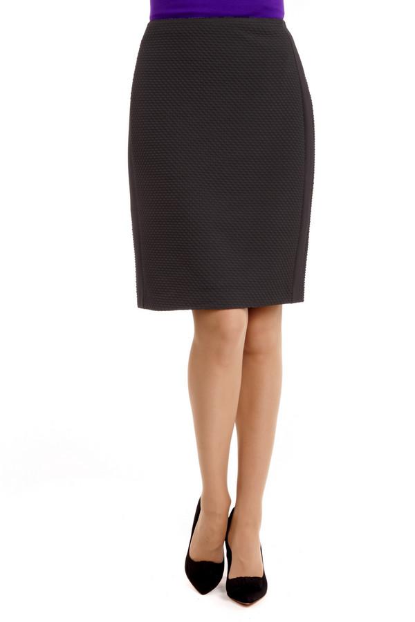 Юбка MicheleЮбки<br>Классическая юбка до колена черного цвета. Материал юбки обладает необычной повторяющейся ромбовидной фактурой, а по бокам вшиты вставки из ровной ткани. Юбка отлично держит форму и подчеркивает форму женских бедер. Такая юбка незаменима в офисном гардеробе и всегда отлично сочетается с различными рубашками и блузами. Ее могут носить как зрелые женщины, так и юные девушки, которые стремятся придать своему облику немного строгости.<br><br>Размер RU: 52<br>Пол: Женский<br>Возраст: Взрослый<br>Материал: эластан 2%, вискоза 29%, полиэстер 69%<br>Цвет: Чёрный