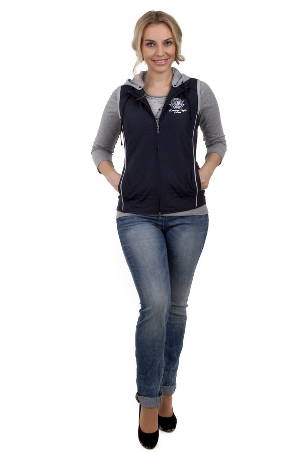 Модные джинсы QSМодные джинсы<br>Модные джинсы QS светло-синего цвета выполнены из хлопкового денима. Изделие дополнено: шлевками для ремня, пятью стандартными карманами и застежкой-молния с пуговицей. Джинсы декорированы потертостями и разводами.<br><br>Размер RU: 38<br>Пол: Женский<br>Возраст: Взрослый<br>Материал: эластан 1%, хлопок 99%<br>Цвет: Голубой