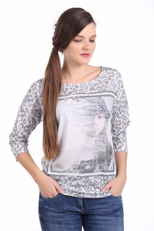 Блузa OuiБлузы<br>Блуза женская серого цвета фирмы Oui. Ткань передней части имеет принт. Модель выполнена прямым фасоном. Изделие дополнено округлым воротом, втачными рукавами 3/4 длинны, боковыми выемками. Ткань состоит из 100% хлопок. Сочетать можно с различными брюками.