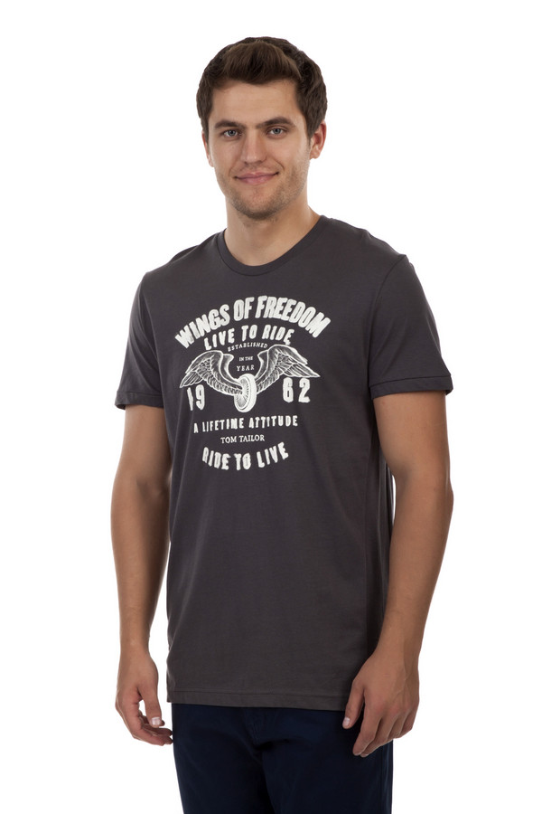 Футболкa Tom TailorФутболки<br>Мужская футболка бренда Tom Tailor прямого кроя выполнена из натурального хлопкового материала темно-серого цвета. Изделие дополнено: круглым вырезом и короткими рукавами. Футболка декорирована стильным принтом с надписями.<br><br>Размер RU: 46-48<br>Пол: Мужской<br>Возраст: Взрослый<br>Материал: хлопок 100%<br>Цвет: Серый