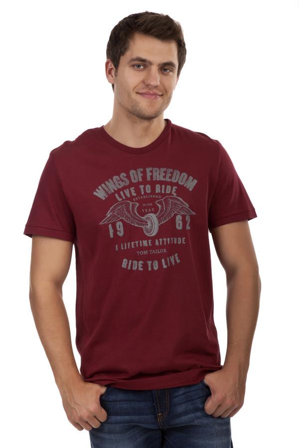 Футболкa Tom TailorФутболки<br>Мужская футболка бренда Tom Tailor прямого кроя выполнена из натурального хлопкового материала бордового цвета. Изделие дополнено: круглым вырезом и короткими рукавами. Футболка декорирована стильным принтом с надписями.<br><br>Размер RU: 48-50<br>Пол: Мужской<br>Возраст: Взрослый<br>Материал: хлопок 100%<br>Цвет: Бордовый