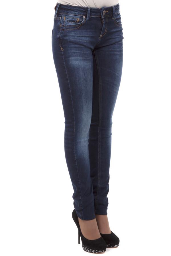 Модные джинсы Tom TailorМодные джинсы<br>Джинсы-скинни от бренда Tom Tailor выполнены из темно-синего денима. Изделие дополнено: пятью стандартными карманами, шлевками для ремня и застежкой-молния с пуговицей. Джинсы оформлены декоративными потертостями и складками. Изделие декорировано контрастной отстрочкой.<br><br>Размер RU: 42(L34)<br>Пол: Женский<br>Возраст: Взрослый<br>Материал: хлопок 98%, эластан 2%<br>Цвет: Синий
