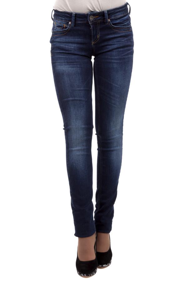 Модные джинсы Tom TailorМодные джинсы<br>Джинсы-скинни от бренда Tom Tailor выполнены из темно-синего денима. Изделие дополнено: пятью стандартными карманами, шлевками для ремня и застежкой-молния с пуговицей. Джинсы оформлены декоративными потертостями и складками. Изделие декорировано контрастной отстрочкой.<br><br>Размер RU: 40-42(L34)<br>Пол: Женский<br>Возраст: Взрослый<br>Материал: хлопок 98%, эластан 2%<br>Цвет: Синий