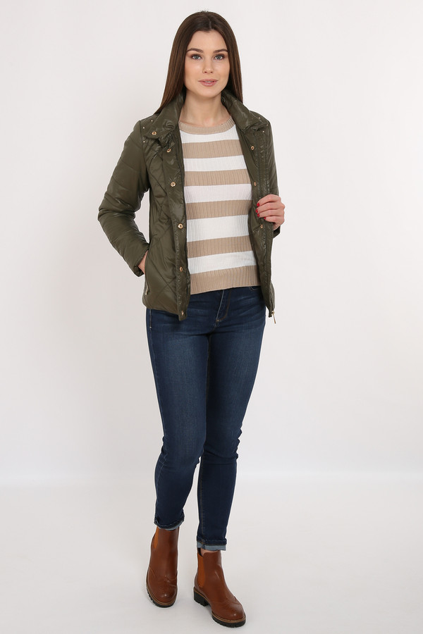 Куртка FINN FLAREКуртки<br>Стёганая оливковая куртка прямого кроя – отличный вариант демисезонной верхней одежды. Модель застёгивается на молнию и пуговицы-кнопки. Удобный воротник защитит вашу шею от замерзания. Подкладка и утеплитель выполнены из полиэстера, известного своими влагоотводящими качествами. На плечах имеются декоративные элементы в виде металлических камушков.<br><br>Размер RU: 48<br>Пол: Женский<br>Возраст: Взрослый<br>Материал: нейлон 100%<br>Цвет: Зелёный