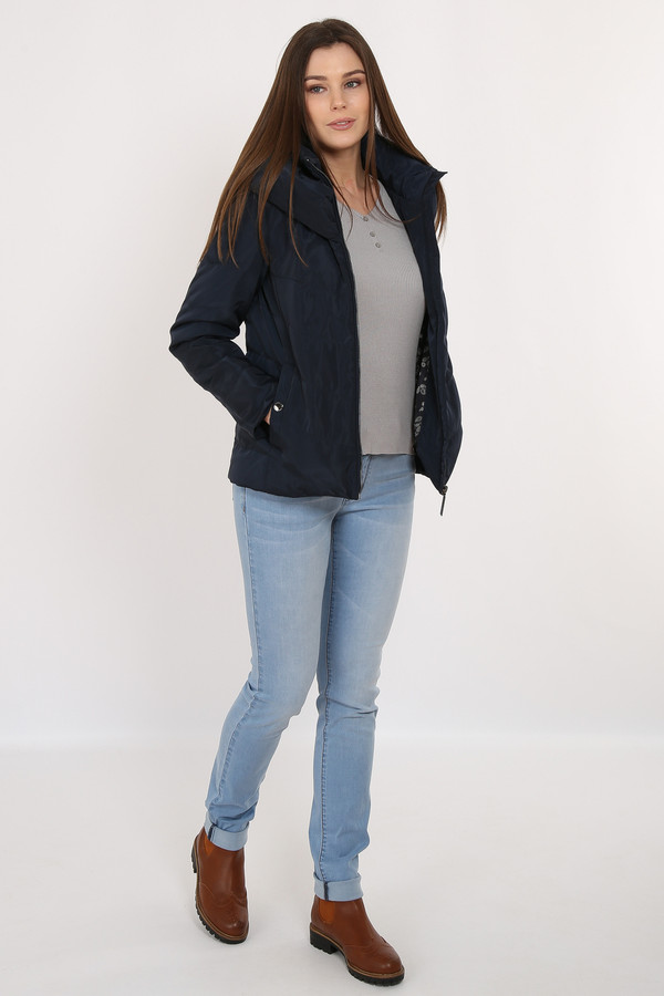 Куртка FINN FLAREКуртки<br>Короткая стеганая куртка темно-синего цвета и функционального кроя придется по вкусу активным городским жительницам. Модель застегивается на молнию и имеет по бокам функциональные карманы. Воротник-стойка надежно защитит вас от холода, как и несъемный капюшон. В качестве утеплителя и подкладки использован полиэстер.<br><br>Размер RU: 50<br>Пол: Женский<br>Возраст: Взрослый<br>Материал: полиэстер 100%<br>Цвет: Синий