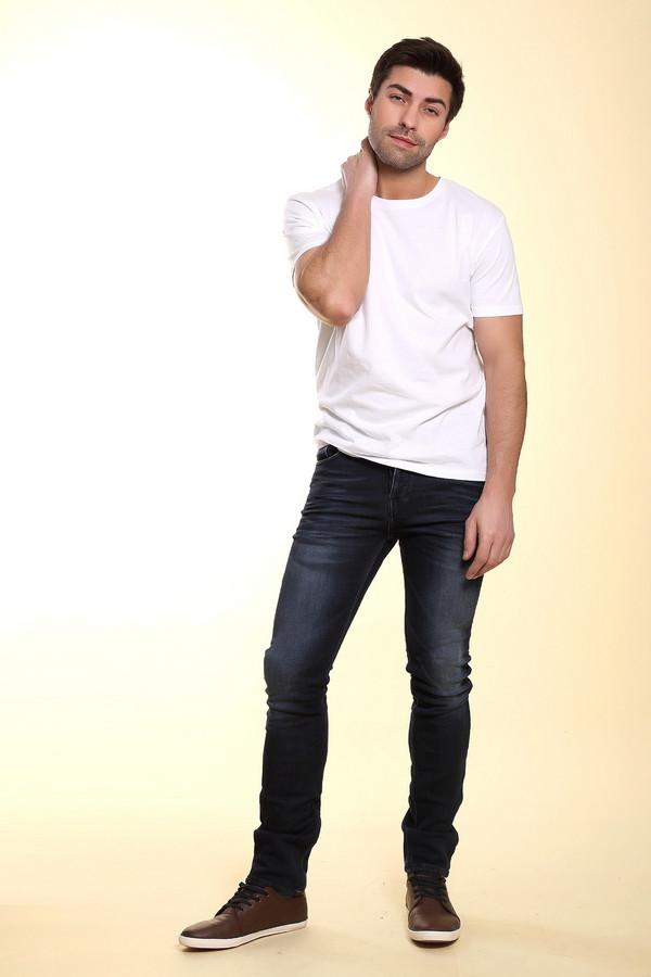 Модные джинсы Boss OrangeМодные джинсы<br>Мужские джинсы бренда Boss Orange прилегающего кроя выполнены из темно-синего денима. Изделие дополнено: шлевками для ремня, пятью стандартными карманами, потертостями и эффектом состарености. Джинсы застегиваются на пуговицу и молнию.<br><br>Размер RU: 48(L34)<br>Пол: Мужской<br>Возраст: Взрослый<br>Материал: хлопок 95%, эластан 1%, полиэстер 4%<br>Цвет: Синий