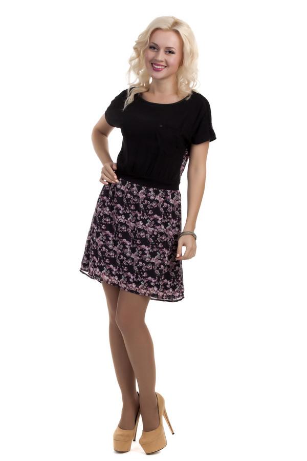 Платье QSПлатья<br>Женское платье фирмы QS. Это платье простого покроя длиной до середины бедра, с круглым вырезом и коротким рукавом длиной до середины плеча. Платье украшено цветочным принтом в розовых тонах, за исключением нагрудной части и плечевой, выполненной в черном цвете, а также черного пояса. Платье дополнено нагрудным карманом с эмблемой фирмы. Материал платья - 100% полиэстер.<br><br>Размер RU: 44<br>Пол: Женский<br>Возраст: Взрослый<br>Материал: полиэстер 100%<br>Цвет: Разноцветный