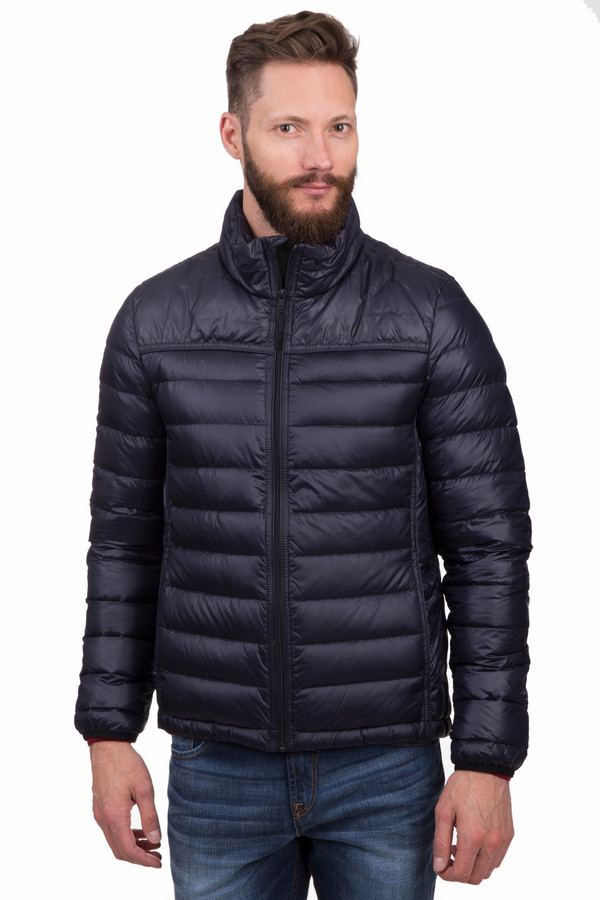 Куртка Tom TailorКуртки<br>Мужская куртка Tom Tailor прямого кроя темно-синего цвета. Изделие дополнено воротником-стойкой и двумя боковыми карманами застежка-кнопка. Центральная часть застегивается на молнию с внутренним ветрозащитным клапаном. Манжеты и нижний кант оформлены материалом с резинкой в цвет изделия. В комплект входит чехол, что позволяет компактно хранить изделие. Модель выполнена из высококачественного материала приятного на ощупь. В качестве подкладки использован ярко-зеленый материал.   Подкладка 100% полиамид.   Утеплитель 100% полиэстер.<br><br>Размер RU: 44-46<br>Пол: Мужской<br>Возраст: Взрослый<br>Материал: полиамид 100%<br>Цвет: Синий