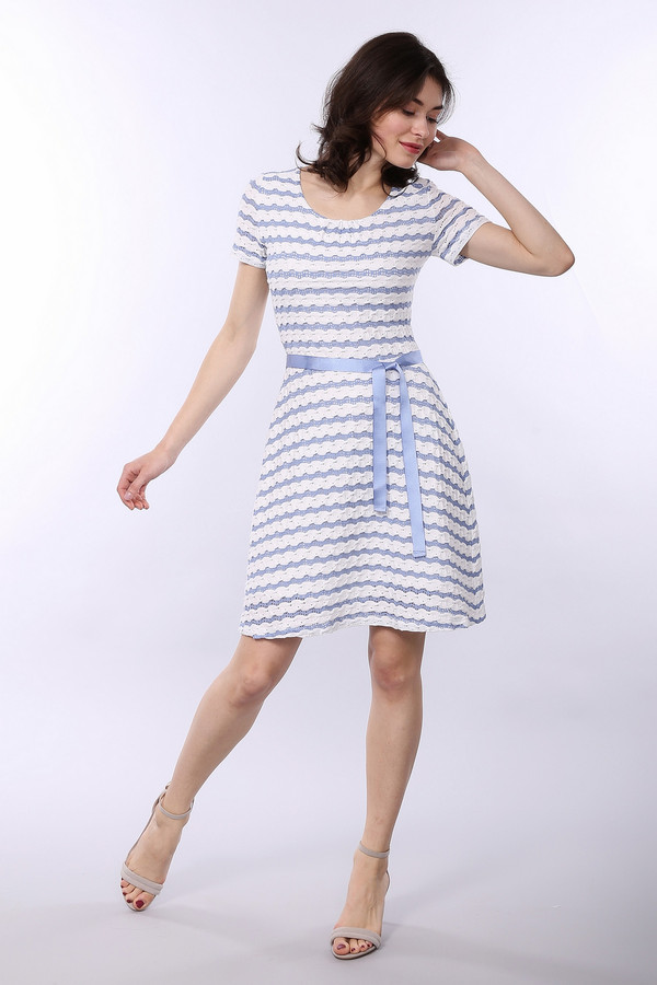 Платье TaifunПлатья<br>Летнее платье голубого цвета с горизонтальными белыми полосами. Модель выполнена с расклешенной юбкой. Ворот округлый, рукава втачные короткие . Платье дополнено подкладкой из полиэстера, поэтому держит форму и дарит ощущение комфорта. Голубой поясок из тесьмы подчеркивает линию талии.