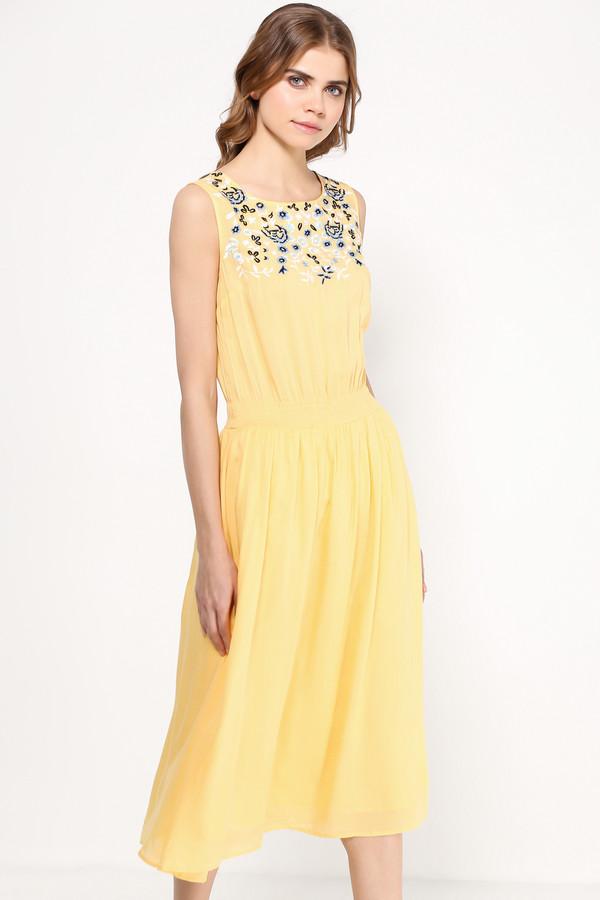 Платье FINN FLAREПлатья<br>Платье миди-длины уже который сезон не сходят с мировых подиумов, и это не спроста: модели ниже колена как никакие другие лучше преподносят женскую фигуру, скрывая недостатки. Этот сарафан ярко-жёлтого цвета с цветочной вышивкой на груди и утяжкой на талии станет прекрасным нарядом для прогулок по городу или коктейльной вечеринки. Выполнен из лёгкой и прочной вискозы.<br><br>Размер RU: 48<br>Пол: Женский<br>Возраст: Взрослый<br>Материал: вискоза 100%<br>Цвет: Жёлтый