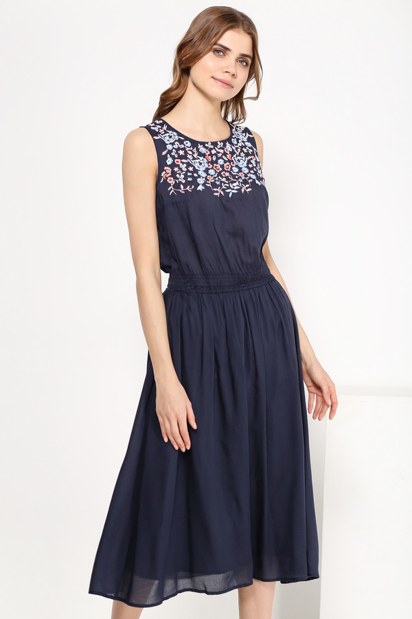 Платье FINN FLAREПлатья<br>Платье миди-длины уже который сезон не сходят с мировых подиумов, и это не спроста: модели ниже колена как никакие другие лучше преподносят женскую фигуру, скрывая недостатки. Этот сарафан тёмно-синего цвета с цветочной вышивкой на груди и утяжкой на талии станет прекрасным нарядом для прогулок по городу или коктейльной вечеринки. Выполнен из лёгкой и прочной вискозы.<br><br>Размер RU: 44<br>Пол: Женский<br>Возраст: Взрослый<br>Материал: вискоза 100%<br>Цвет: Синий