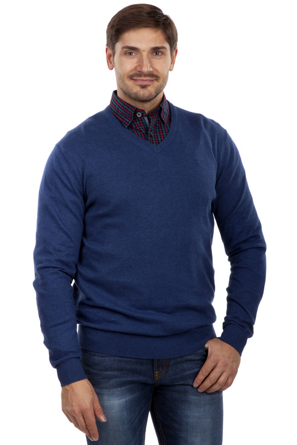 Джемпер LerrosДжемперы<br>Мягкий и теплый джемпер с V-образным вырезом горловины под рубашку. Глубокий синий цвет, рукава и низ джемпера – на резинке. Джемпер выполнен из натурального хлопка с небольшим добавлением кашемира, который и делает эту вещь такой приятной на ощупь. Особенно хорошо будет смотреться с  джинсами  и  пиджаками . Носить джемпер можно как с  рубашкой  под низ, так и без нее.<br><br>Размер RU: 52-54<br>Пол: Мужской<br>Возраст: Взрослый<br>Материал: хлопок 95%, кашемир 5%<br>Цвет: Синий