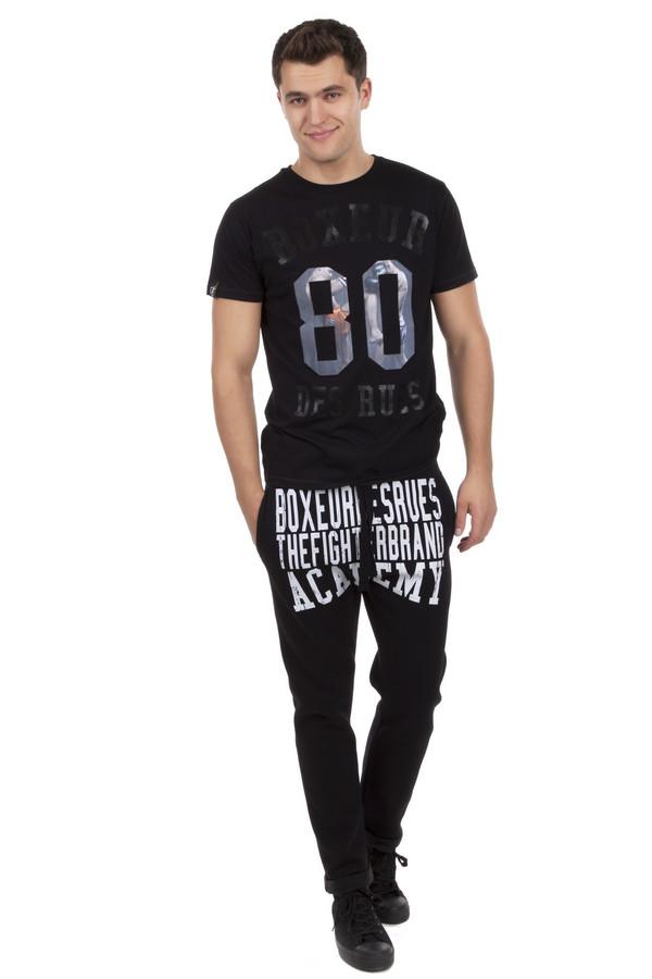 Спортивные брюки Boxeur Des RuesСпортивные брюки<br>Спортивные брюки бренда Boxeur Des Rues выполнены в черном цвете. Изделие дополнено: широким эластичным поясом с регулируемым шнурком, двумя боковыми карманами и сзади прорезным карманом. Брюки декорированы стильным принтом с надписями белого цвета.<br><br>Размер RU: 52-54<br>Пол: Мужской<br>Возраст: Взрослый<br>Материал: хлопок 70%, полиэстер 30%<br>Цвет: Чёрный