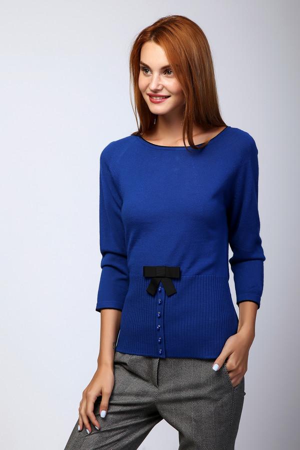 Пуловер PezzoПуловеры<br>Женственный пуловер от бренда Pezzo приталенного кроя выполнен из пряжи ярко-синего оттенка. Изделие дополнено: воротом-лодочка и укороченными рукавами реглан 3/4. Модель оформлена контрастными декоративными элементами и полу планкой из жемчуга в цвет пуловера. Изысканный вариант для офисного аутфита, с лёгкостью добавляет нотку женственности вашему образу.
