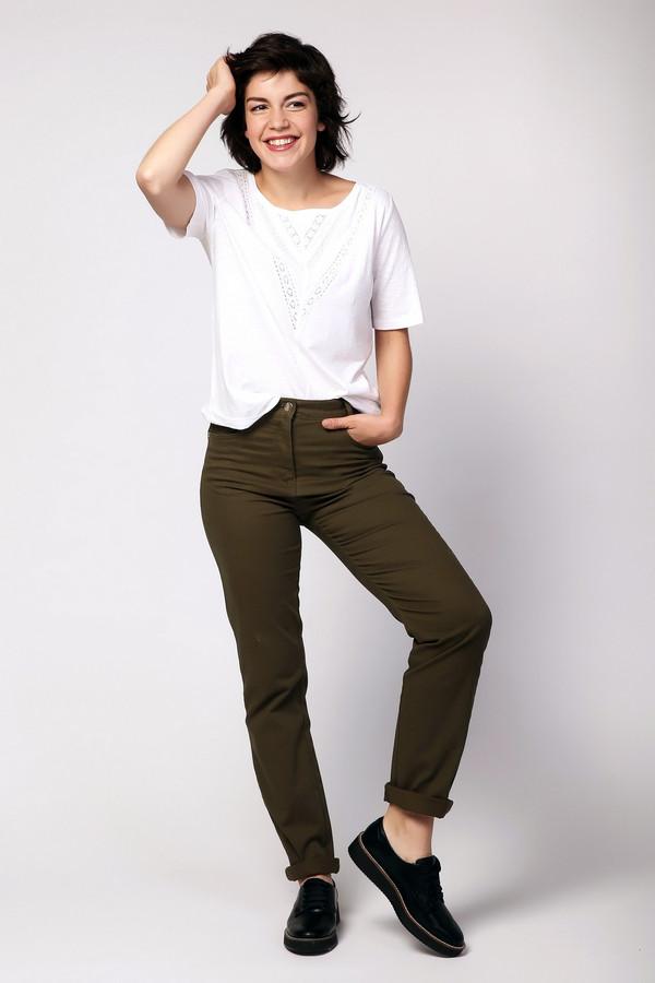 Брюки PezzoБрюки<br>Брюки женские зеленого цвета фирмы Pezzo. Модель выполнена прямым фасоном. Изделие дополнено пришивным поясом со шлевками для ремня, застежка молния на пуговицу, боковыми карманами, задними кокетками и накладными карманами. Ткань состоит из 2% эластана, 98% хлопка. Комбинировать можно с различными блузами, футболками, пуловерами.