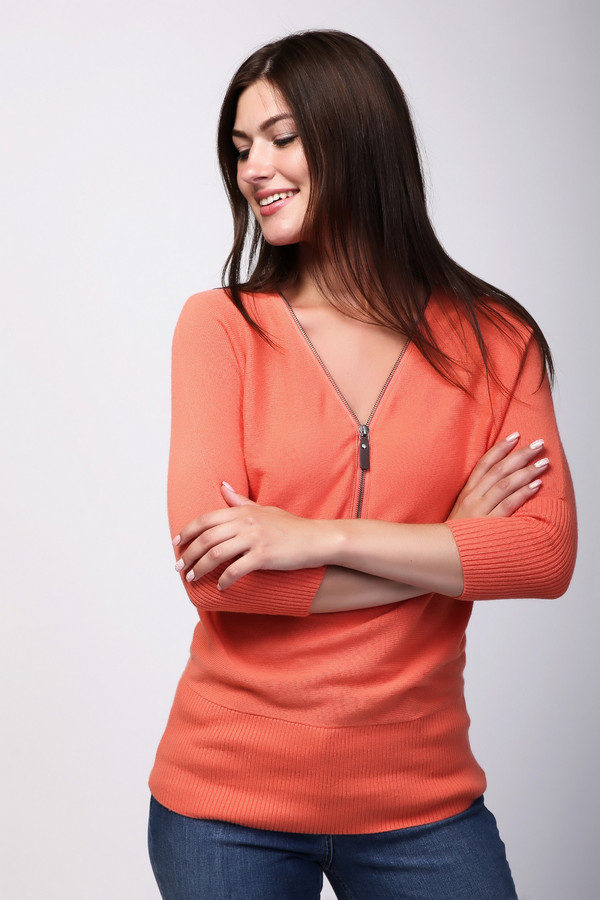 Пуловер PezzoПуловеры<br>Оригинальный пуловер прилегающего кроя от бренда Pezzo выполнен из приятного на ощупь трикотажа оранжевого оттенка. Изделие дополнено: v-образным воротом, застежкой на молнии и укороченными рукавами 3/4. Модель согреет в холодную зимнюю погоду. При этом, он выглядит стильно. Сочетается с брюками и джинсами.