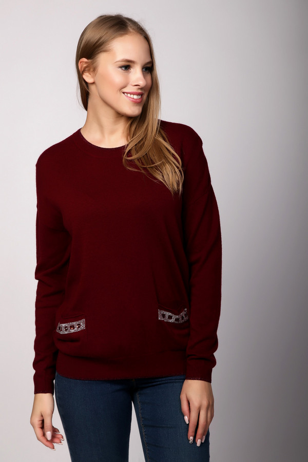 Пуловер PezzoПуловеры<br>Женский пуловер от бренда Pezzo выполнен из мягкого трикотажа мелкой вязки благородного винного оттенка. Изделие дополнено: круглым воротом, длинными рукавами и двумя карманами. Карманы декорированы геометрическим рисунком из страз. Ворот, манжеты и нижний кант оформлены окантовкой с люрексом.