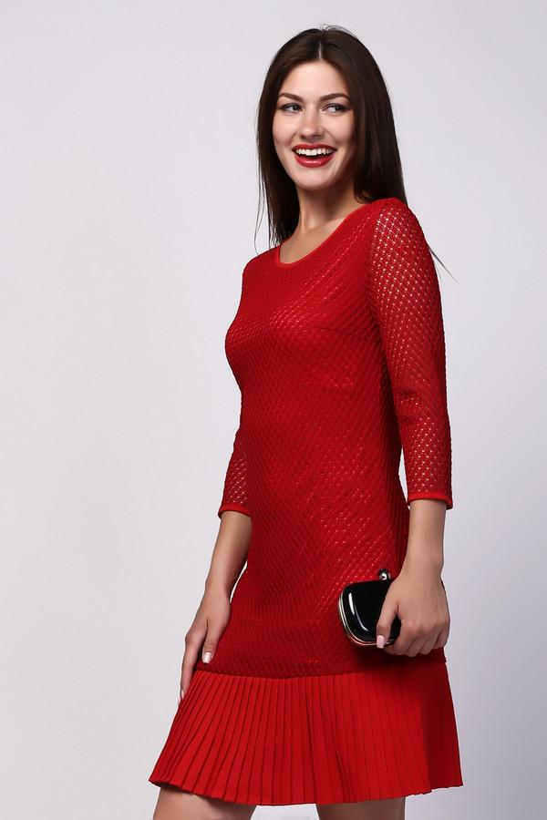 Платье PezzoПлатья<br>Насыщенное красное платье от бренда Pezzo прилегающего силуэта. Изделие дополнено: круглым воротом, прозрачными рукавами 3/4 и застежкой-молния по спинке. Поверх подкладки платье оформлено ажурной сеткой. Подол декорирован плиссированной вставкой в цвет. Идеальный вариант для торжественных мероприятий и праздников, стоит лишь добавить небольшой клатч.
