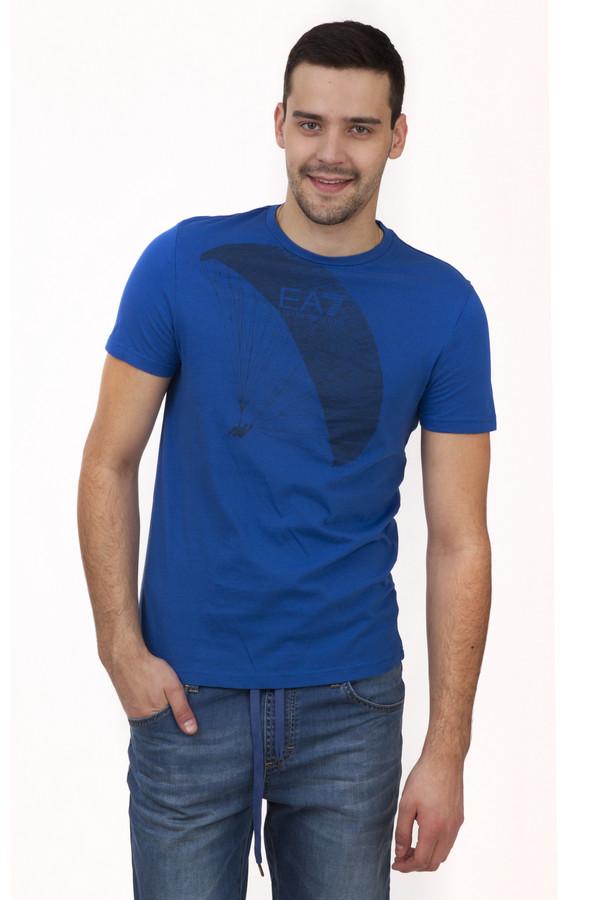 Футболкa EA7Футболки<br>Хлопковая футболка от бренда EA7 прямого кроя представлена в модном синем цвете. Изделие дополнено: Изделие дополнено: круглым вырезом и короткими рукавами. Футболка декорирована принтом в виде парашютиста.<br><br>Размер RU: 56<br>Пол: Мужской<br>Возраст: Взрослый<br>Материал: хлопок 100%<br>Цвет: Синий
