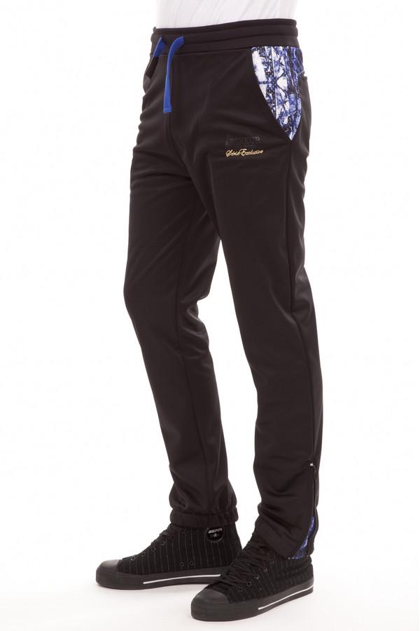 Спортивные брюки Boxeur Des RuesСпортивные брюки<br>Мужские спортивные брюки бренда Boxeur Des Rues выполнены в черном цвете. Изделие дополнено: широким эластичным поясом с регулируемым шнурком синего цвета, двумя боковыми карманами, сзади прорезными карманами на липучке и эластичными манжетами с резинкой. Манжеты оформлены разрезами с застежкой-молния. Брюки декорированы стильным принтом в синем цвете. Прекрасно сочетается с  толстовкой Boxeur Des Rues .<br><br>Размер RU: 46<br>Пол: Мужской<br>Возраст: Взрослый<br>Материал: полиэстер 100%<br>Цвет: Чёрный