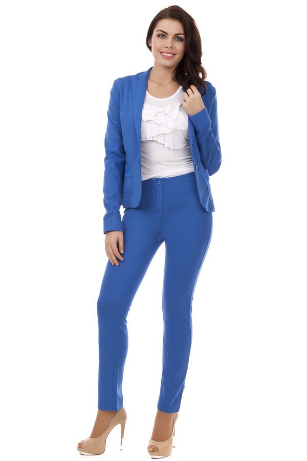 Брюки Just ValeriБрюки<br>Стильные женские синие брюки Just Valeri прилегающего укороченного фасона. Центральная часть изделия застегивается на молнию и фиксируется на пуговицу. Идеально сочетается с  жакетом Just Valeri .<br><br>Размер RU: 50<br>Пол: Женский<br>Возраст: Взрослый<br>Материал: вискоза 68%, нейлон 26%, спандекс 6%<br>Цвет: Синий