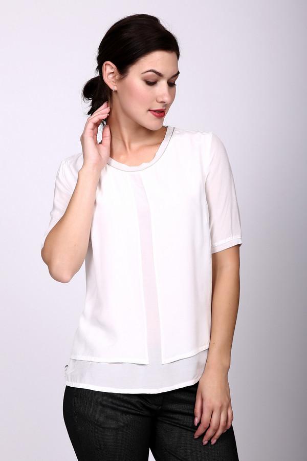 Блузa ApanageБлузы<br>Блуза белого цвета фирмы Apanage. Ткань состоит из 100% вискозы. Модель выполнена прямым покроем. Блуза дополнена округлым воротом, коротким, втачным рукавом, боковыми разрезами. Передняя часть блузы имеет двухъярусный крой и это делает ее оригинальной. Гармонировать сможет с различными деталями вашего гардероба.
