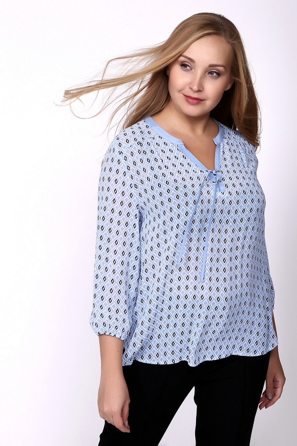 Блузa Frank WalderБлузы<br>Блуза голубого цвета фирмы Frank Walder. Ткань состоит из 100% вискозы. Модель дополнена округлым воротом с V - образным вырезом с завязкой на тесьму, обшиты голубой бейкой, рукава втачные 3\4 длинны, собраны на тесьму. Изделие свободного кроя. Верхнюю часть блузки дополняет кокетка, на которой расположены складки, создающие пышность. Блуза прекрасно гармонирует с облегающими брюками и юбками.