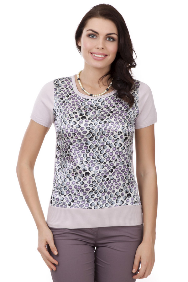 Пуловер PezzoПуловеры<br>Модный пуловер для женщин от бренда Pezzo. Данная модель представлена в холодном бежевом оттенке, с оригинальной нейлоновой вставкой с узорами в серо-сиреневых тонах. Сам пуловер связан из вискозы и дополнен U-образным вырезом, резинкой снизу, а также небольшой резинкой на рукаве, который по длине достигает середины плеча.<br><br>Размер RU: 46<br>Пол: Женский<br>Возраст: Взрослый<br>Материал: вискоза 80%, нейлон 20%<br>Цвет: Розовый