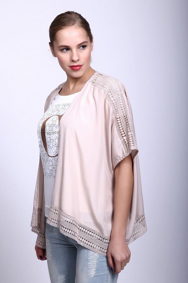 Жакет Via AppiaЖакеты<br>Блуза розового цвета свободного покроя. Ткань состоит из 100 % полиэстера. Модель дополнена V - образным воротом с запахом, коротким рукавом - реглан. Изделие украшает декоративная тесьма, которая располагается на плечевом отделе и в низу основного полотна. Блуза прекрасно сочетается с брюками и леггинсами.