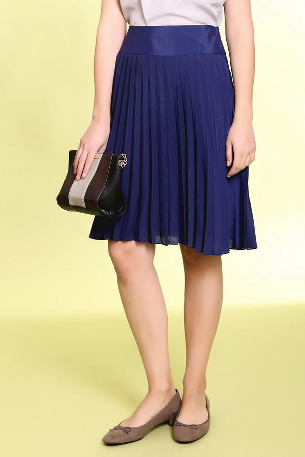 Юбка PezzoЮбки<br>Очень стильная и модная юбка от бренда Pezzo темно-синего цвета со складками, слегка прикрывающая колени. Изделие дополнено сбоку скрытой застежкой-молния. Юбка двухслойная и верхний слой прозрачный, что придает ей некой легкости и романтичности.<br><br>Размер RU: 42<br>Пол: Женский<br>Возраст: Взрослый<br>Материал: полиэстер 100%<br>Цвет: Синий