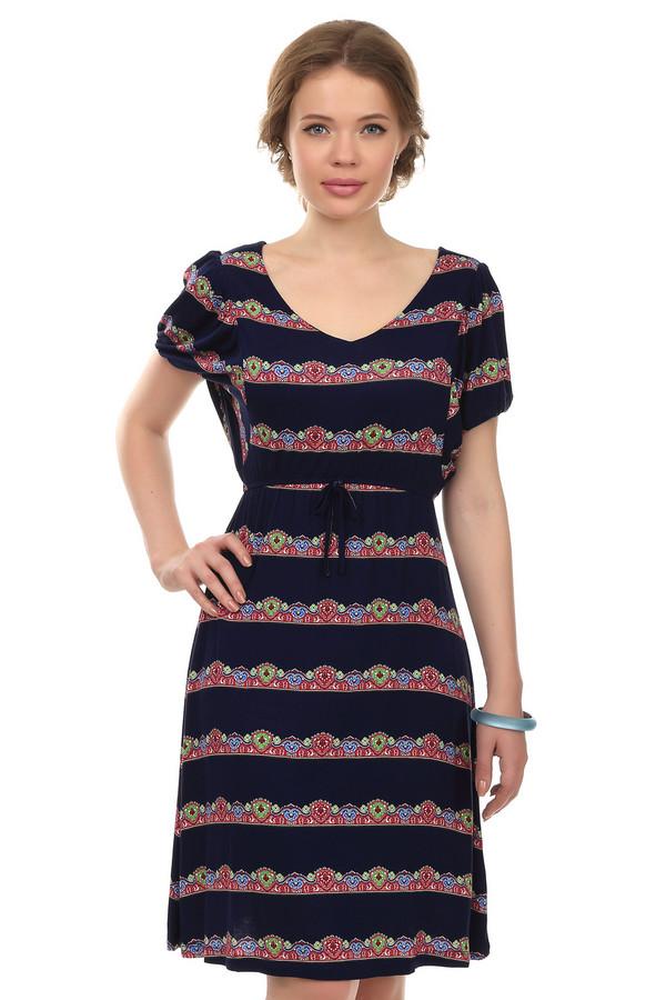 Платье PezzoПлатья<br>Женское платье от бренда Pezzo. Это летнее платье темно-синего цвета, с вертикальными орнаментами в стиле барокко в красных, голубых и салатовых тонах. Платье длиной до колена, дополнено V-образным вырезом, коротким рукавом на резинке длиной до середины плеча и завязочками на поясе. Материал - вискоза с добавлением спандекса.<br><br>Размер RU: 42<br>Пол: Женский<br>Возраст: Взрослый<br>Материал: вискоза 95%, спандекс 5%<br>Цвет: Синий