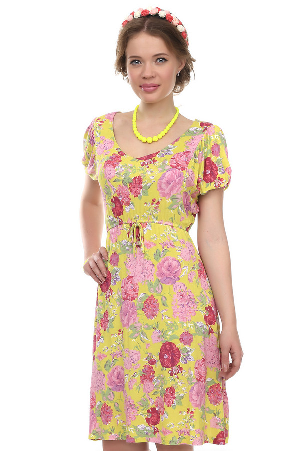 Платье PezzoПлатья<br>Платье фирмы Pezzo. Это платье из вискозы с добавлением спандекса. Оно дополнено круглым вырезом, коротким рукавом-колокольчик и поясом на завязочках. По длине платье достигает колено. Ткань платья желтая, с цветочным принтом в розовых тонах.<br><br>Размер RU: 42<br>Пол: Женский<br>Возраст: Взрослый<br>Материал: вискоза 95%, спандекс 5%<br>Цвет: Жёлтый