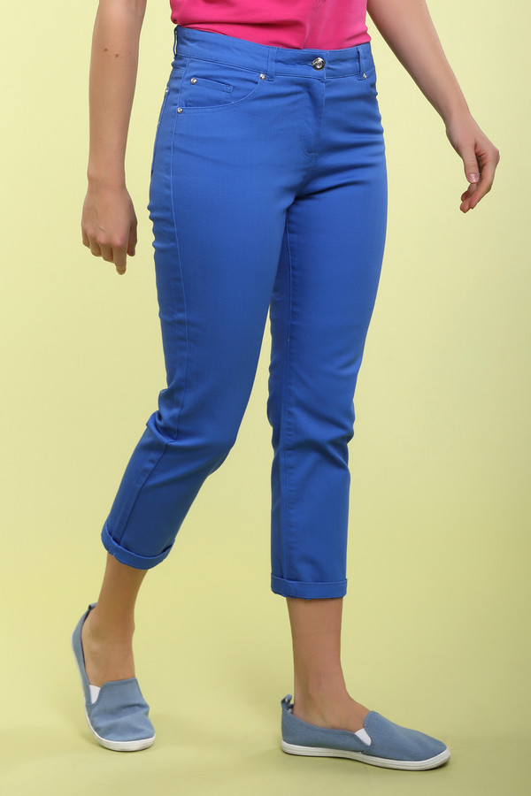 Капри PezzoКапри<br>Элегантные женские брюки-капри от бренда Pezzo. Капри выполнена из ярко-синей ткани и плотно сидят по фигуре. Изделие дополнено шлевками для ремня и пятью стандартными карманами. Центральная часть застегивается на молнию и фиксируется на пуговицу. Сзади карманы декорированы стразами серебристого цвета.<br><br>Размер RU: 46<br>Пол: Женский<br>Возраст: Взрослый<br>Материал: хлопок 98%, эластан 2%<br>Цвет: Синий