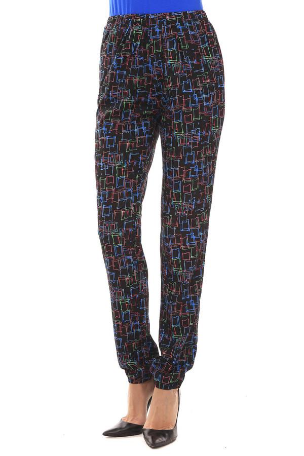 Брюки PezzoБрюки<br>Легкие женские брюки от бренда Pezzo. Эти брюки сшиты по свободному крою, и дополнены резинкой на поясе, а также парой резинок в нижней части брюк. Изделие выполнено в черном цвете, с квадратными узорами синего, зеленого и красного цвета.<br><br>Размер RU: 42<br>Пол: Женский<br>Возраст: Взрослый<br>Материал: полиэстер 100%<br>Цвет: Чёрный