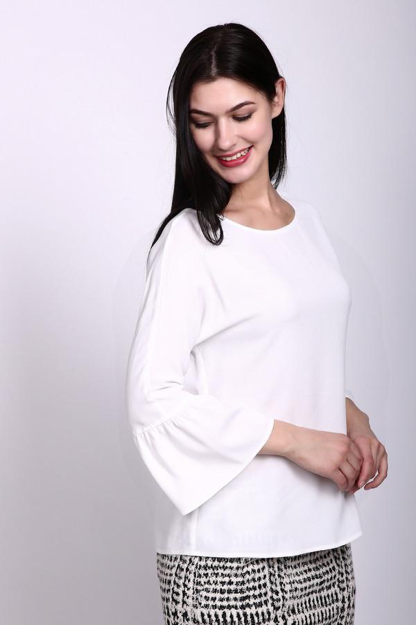 Блузa CinqueБлузы<br>Блуза женская белого цвета фирмы Cinque. Модель выполнена прямым покроем. Изделие дополнено округлым воротом, втачными, рукавами 3/4 длинны с воланами. Ткань состоит из 1-00% вискозы. Гармонировать можно с различными юбками, жакетами.