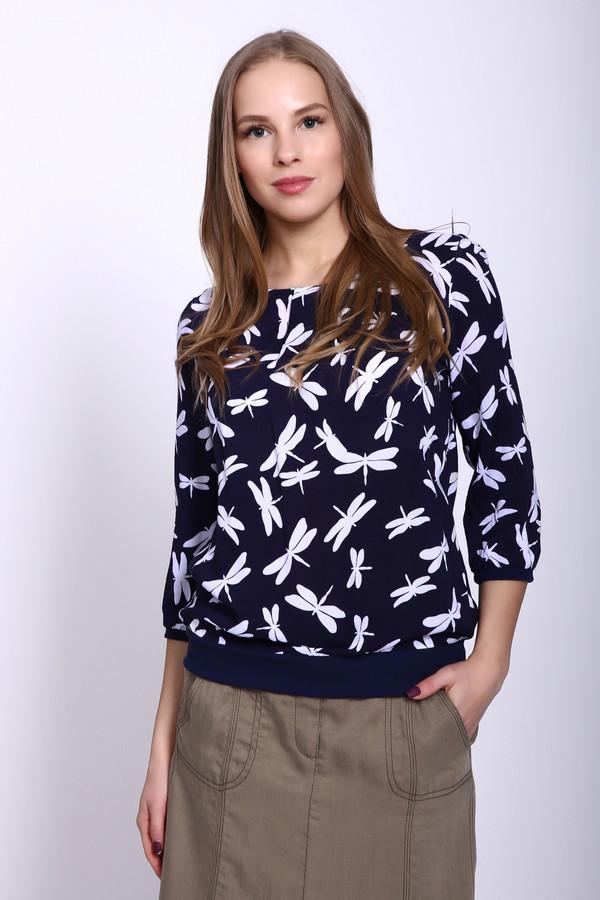 Блузa PezzoБлузы<br>Блуза женская синего цвета фирмы Pezzo. Модель выполнена прямым покроем. Изделие дополнено округлым воротом, втачными рукавами 3/4 длинны. Ткань имеет принт. Низ блузы заканчивает эластичная манжета. Рукава обшиты узкой бейкой. Ткань состоит из 100% вискозы. Сочетать можно с различными брюками, юбками.