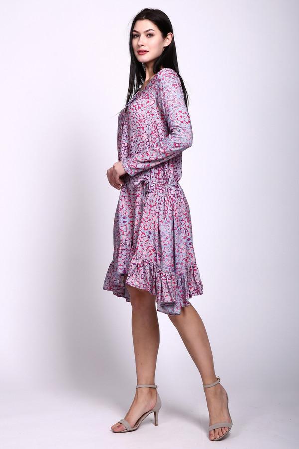 Платье PezzoПлатья<br>Платье сиреневого цвета фирмы Pezzo. Ткань состоит из 100% вискозы. Модель свободного покроя. Платье дополнено овальным воротом, застежкой на пуговицы, длинным рукавом. Низ платья заканчивает оборка. Длина платья состоит из разных по уровню сторон. Такая модель создаст эффектный образ.<br><br>Размер RU: 44<br>Пол: Женский<br>Возраст: Взрослый<br>Материал: вискоза 100%<br>Цвет: Сиреневый