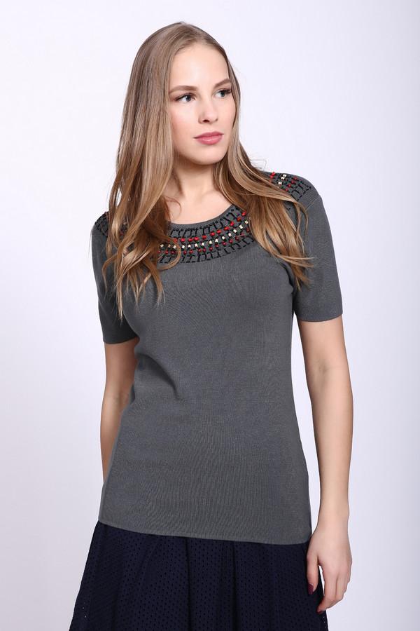 Пуловер PezzoПуловеры<br>Пуловер женский серого цвета фирмы Pezzo. Модель выполнена прямым фасоном. Изделие дополнено округлым воротом, задняя застежка на пуговицу, втачными, короткими рукавами. Передняя окружность ворота украшена стразами, бисером, бусинами. Ткань состоит из 81% вискозы, 19% полиамида. Сочетать можно с различными деталями вашего гардероба.
