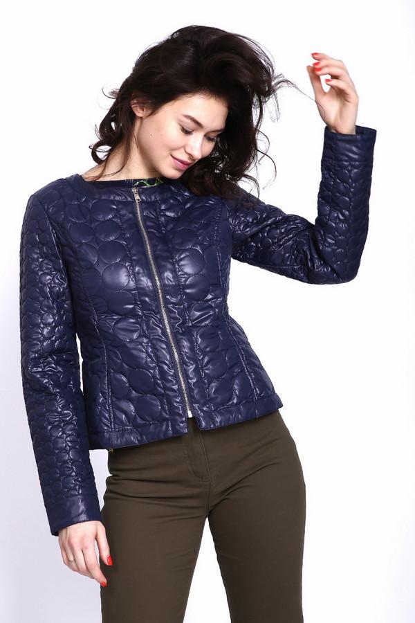 Куртка PezzoКуртки<br>Куртка стеганная синего цвета фирмы Pezzo. Модель приталенного, укороченного фасона. Изделие дополнено округлым воротом, застежка на молнию, втачными длинными рукавами. На обеих сторонах куртки расположены рельефы, выходившие из проймы. Такая модель будет подчеркивать вашу фигуру.