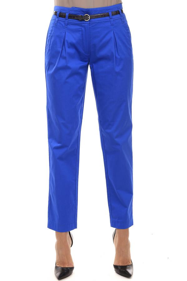 Брюки PezzoБрюки<br>Женские брюки от бренда Pezzo насыщенного синего цвета. Это брюки классического покроя, с выточками на верхней передней части. Изделие дополнено: шлевками для ремня, двумя боковыми карманами, двумя прорезными карманами сзади и застежкой-молния с пуговицей. В комплект входит элегантный тонкий лакированный поясок контрастного цвета. Такие брюки отлично смотрятся с блузами и рубашки.<br><br>Размер RU: 44<br>Пол: Женский<br>Возраст: Взрослый<br>Материал: эластан 3%, хлопок 97%<br>Цвет: Синий