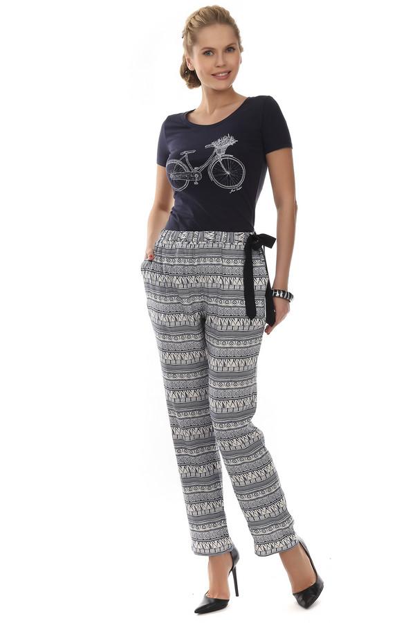 Брюки Just ValeriБрюки<br>Летние брюки от бренда Just Valeri прямого кроя выполнены из легкого материала белого цвета с геометрическим темно-синем принтом. Изделие дополнено: эластичным поясом с регулируемой лентой сбоку и двумя боковыми карманами. В комплект к брюкам идеально подходит  блуза Just Valeri.<br><br>Размер RU: 50<br>Пол: Женский<br>Возраст: Взрослый<br>Материал: район 100%<br>Цвет: Разноцветный