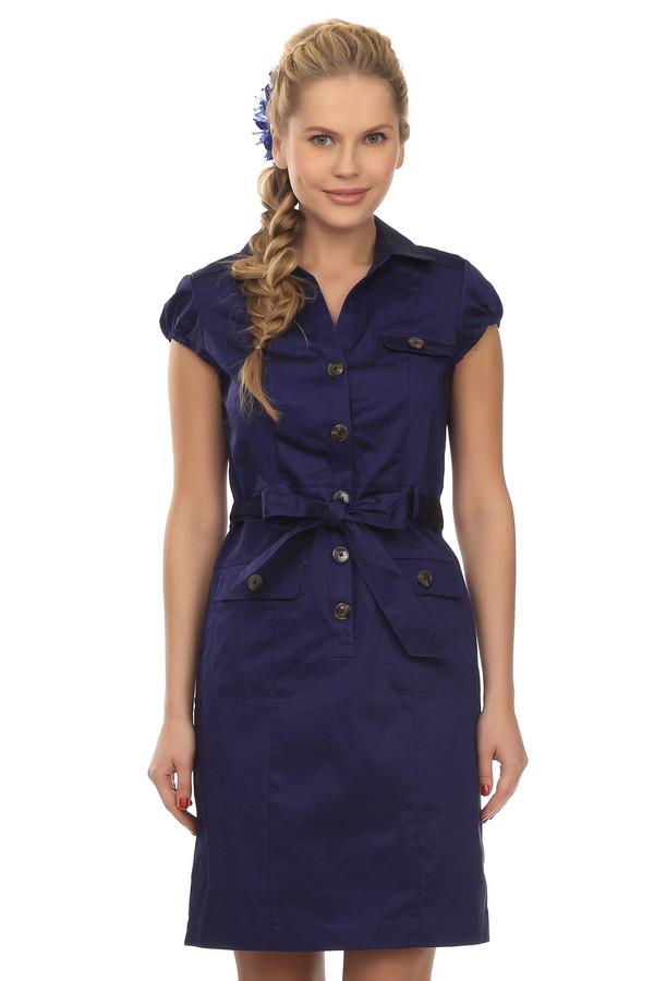 Платье PezzoПлатья<br>Женское платье в стиле сафари от бренда Pezzo. Это платье на коричневых пуговицах, темно-синего цвета. Платье дополнено: отложным воротником, коротким рукавом-колокольчик на резинке, нагрудным карманом, двумя передними боковыми карманами, а также тканевым поясом. Длина платья до колена. Оно пошито из хлопка с небольшим процентом спандекса.<br><br>Размер RU: 44<br>Пол: Женский<br>Возраст: Взрослый<br>Материал: хлопок 98%, спандекс 2%<br>Цвет: Синий
