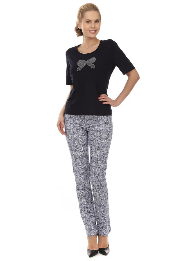 Брюки PezzoБрюки<br>Женственные брюки-дудочки от бренда Pezzo. Это брюки с высокой талией. Они пошиты из ткани с принтом бело-синих ажурных узоров в стиле барокко. Изделие дополнено: шлевками для ремешка, пятью карманами и застежкой-молния с пуговицей. Они выглядят очень модно и оригинально.<br><br>Размер RU: 42<br>Пол: Женский<br>Возраст: Взрослый<br>Материал: хлопок 98%, спандекс 2%<br>Цвет: Белый